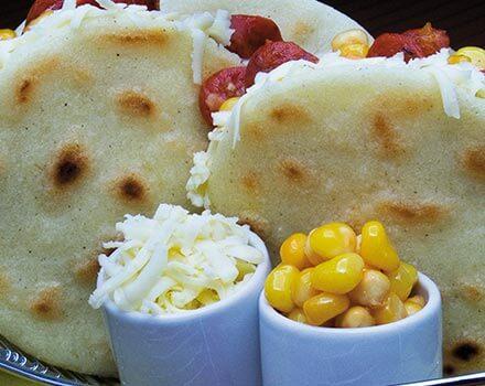 Arepa con chorizo y maíz