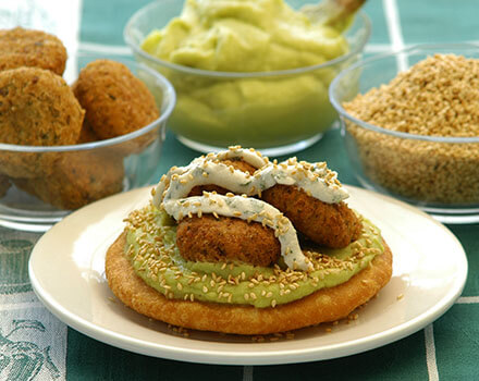 Arepa con tope de hummus y falafel