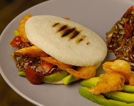 Arepa de camarones estilo thai